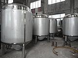 大量制作啤酒发酵罐图片
